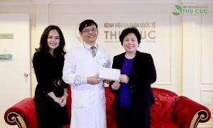 """Bệnh viện Thu Cúc tặng 50 triệu đồng cho quỹ """"Bầu ơi"""""""
