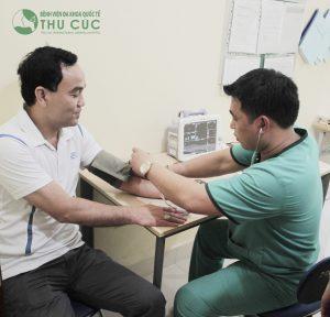 Thăm khám định kì hoặc đi khám bệnh ngay khi có những biểu hiện bất thường về sức khỏe là biện pháp hiệu quả để bảo đảm sức khỏe trái tim và sức khỏe bản thân.