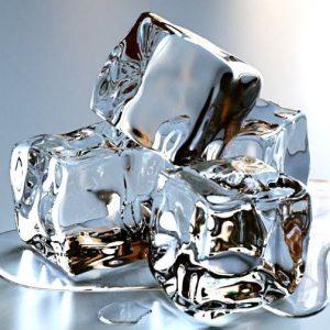 bạn có thể dùng đá chườm để giảm bớt các cơn đau do sâu răng.
