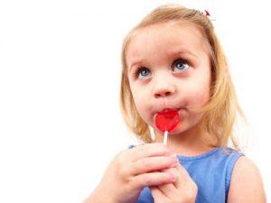 Ăn nhiều đồ ngọt và lười vệ sinh răng miệng là nguyên nhân hàng đầu gây sâu răng ở trẻ nhỏ.