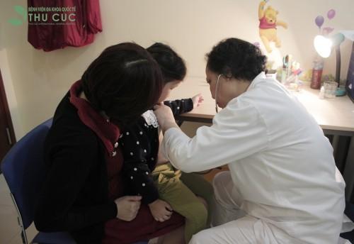 Nên đưa trẻ đi khám bác sỹ để được chẩn đoán sớm và có phương pháp điều trị kịp thời, hiệu quả nhất.