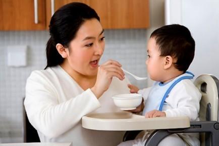 Chế độ dinh dưỡng không hợp lí rất dễ khiến trẻ bị rối loạn tiêu hóa.
