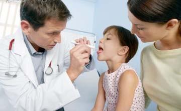 Nên cho trẻ đi khám bác sỹ để được khám, chẩn đoán và điều trị kịp thời, hiệu quả.