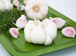 TỎi có tác dụng giảm đau, kháng viêm tạm thời, hỗ trợ điều trị các triệu chứng đau do sâu răng.