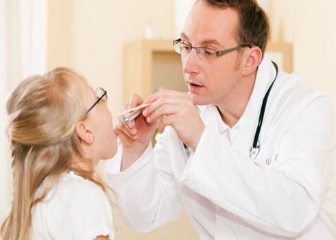 Nên cho trẻ đi khám bác sỹ nha khoa để được khám, chẩn đoán và điều trị kịp thời, hiệu quả các vấn đề về răng miệng.