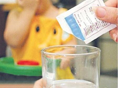 Cha mẹ không nên tự ý mua thuốc điều trị cho bé tại nhà để tránh biến chứng và hiện tượng nhờn thuốc ở trẻ