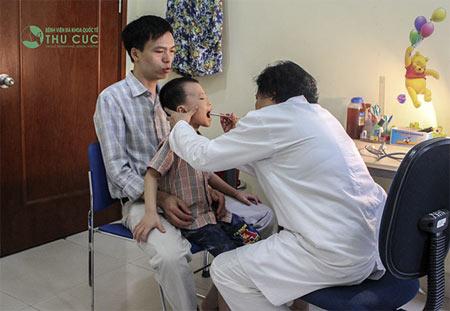 Cha mẹ nên đưa trẻ đi khám bác sĩ chuyên khoa để được chẩn đoán chính xác và có phương pháp điều trị tốt nhất