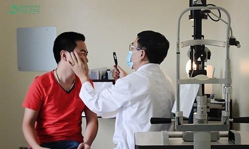Bác sỹ chuyên khoa đang kiểm tra mắt cho bệnh nhân