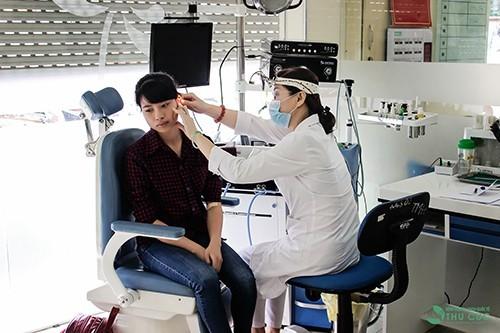 Nên đi khám bác sỹ chuyên khoa tai mũi họng để có được chẩn đoán và hướng điều trị tốt nhất cho bệnh viêm tai giữa.
