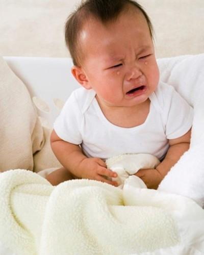 Rối loạn tiêu hóa khiến trẻ kém ăn, gầy ốm, sút cân và hay quấy khóc.