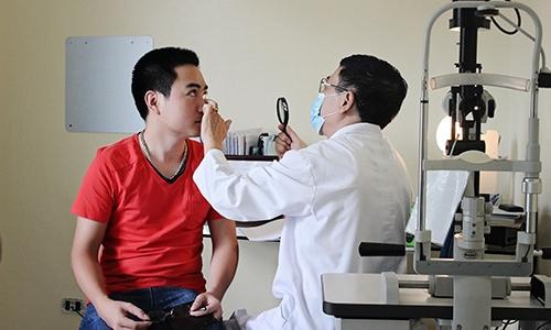 Bác sỹ chuyên khoa đang khám cho bệnh nhân