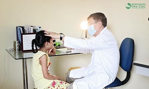 Nếu có các biểu hiện khác thường về mắt, bạn nên đến gặp bác sỹ để được chẩn đoán giúp điều trị bệnh kịp thời, không để lại biến chứng.