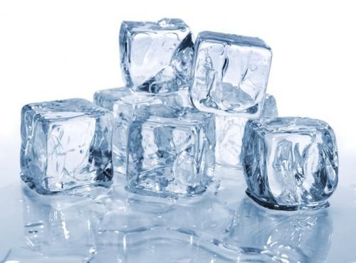Nước đá có thể giúp bạn giảm đau nhức tạm thời.