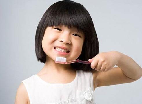 Nên tập cho trẻ thói quen vệ sinh răng miệng đúng cách để phòng tránh bệnh sâu răng.