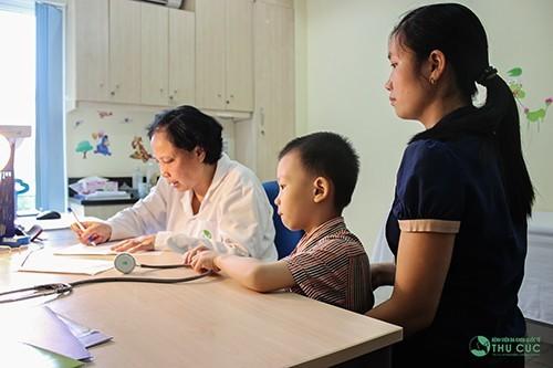 Nên tới các cơ sở y tế thăm khám khi trẻ có biểu hiện.