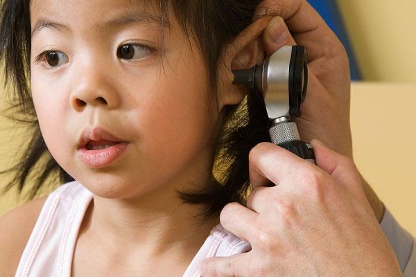 Viêm tai là bệnh lý thường gặp ở trẻ làm ảnh hưởng tới sức nghe của trẻ<br /> (ảnh minh họa)