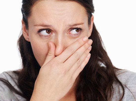Có nhiều nguyên nhân khác nhau gây hôi miệng, trong đó hôi miệng do sâu răng, các bệnh về nướu răng là hai nguyên nhân thường gặp nhất.