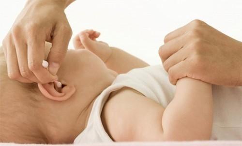 Viêm tai giữa thanh dịch là biến chứng thường gặp nhất của viêm amidan thường gặp ở lứa tuổi từ 1 đến 3 tuổi