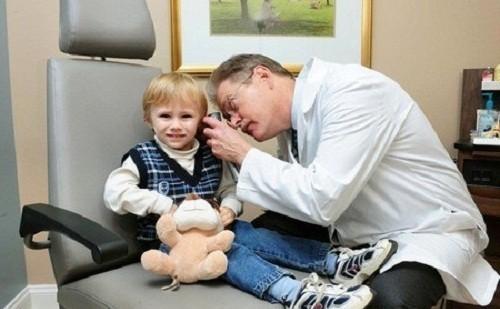 Để phòng bệnh viêm tai giữa trẻ em, phụ huynh cần tránh để trẻ tiếp xúc với các yếu tố nguy cơ gây bệnh