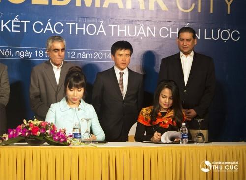 Bà Nguyễn Thu Cúc (bên phải) – Chủ tịch Hội đồng quản trị Bệnh viện Đa khoa Quốc tế Thu Cúc đang tiến hành ký kết thỏa thuận chiến lược với đại diện chủ đầu tư.