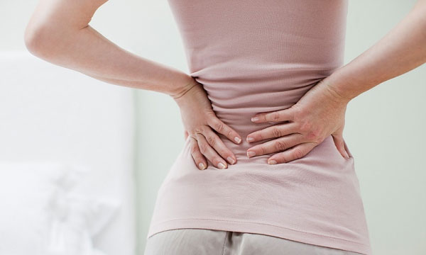 Đau thắt lưng là một trong những triệu chứng phổ biến của các bệnh về xương khớp