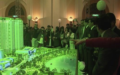 Các vị quan khách thăm quan mô hình quần thể đô thị Goldmark City