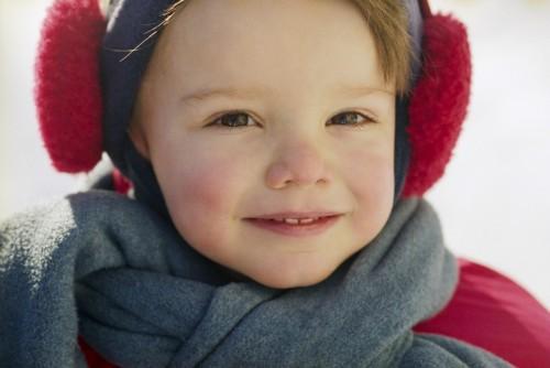 Giữ ấm cho trẻ đặc biệt là ở các vị trí quan trọng như tai, cổ, ngực