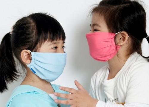 Đeo khẩu trang cho bé khi ra đường giúp ngăn ngừa vi khuẩn tấn công