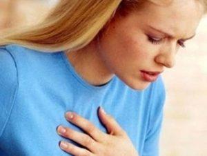 Nhồi máu cơ tim đặc trưng bởi các cơn đau thắt ngực.