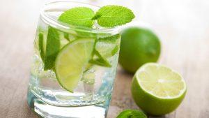 Nước chanh giúp chống lại những tác động xấu của vi khuẩn gây ngộ độc