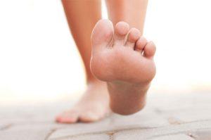 Ngay sau khi thấy có những dấu hiệu của bệnh nấm da bàn chân, người bệnh nên chủ động tìm đến bác sĩ để được thăm khám, chẩn đoán và hướng dẫn điều trị.