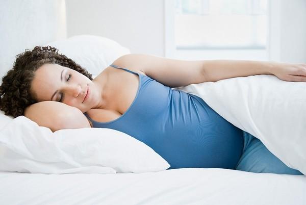 Nghỉ ngơi thư giãn trong những ngày kinh nguyệt giúp chị em giảm bớt đau ngực