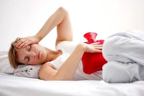 Chườm nóng có tác dụng giảm triệu chứng đau khó chịu