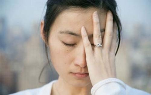 Chứng đau nửa đầu thường xuất hiện đột ngột và khiến người bệnh có cảm giác đau như búa bổ.