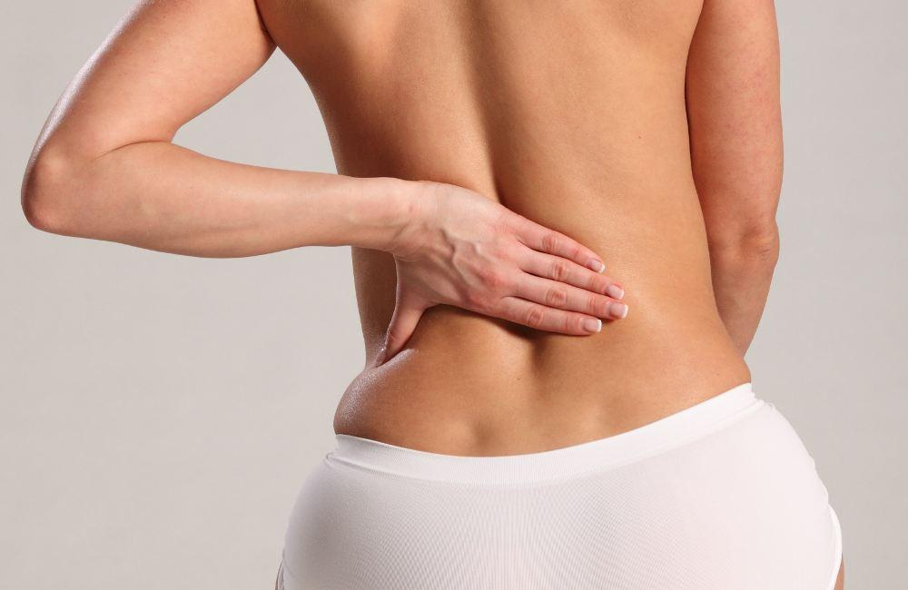 Đau lưng là triệu chứng phổ biến gặp ở nhiều chị em do nhiều nguyên nhân khác nhau