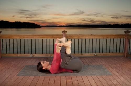 5-dong-tac-yoga-tot-cho-nguoi-dau-lung-khi-ngoi-lau3