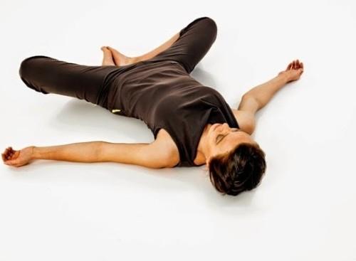 5-dong-tac-yoga-tot-cho-nguoi-dau-lung-khi-ngoi-lau4