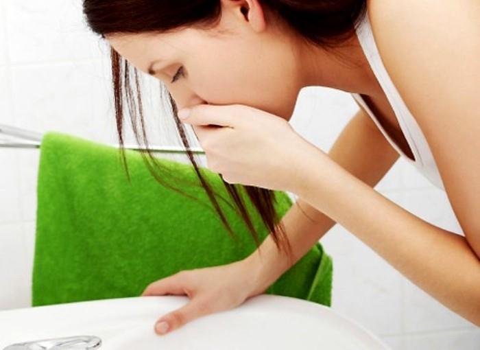 Nôn và buồn nôn là triệu chứng thường gặp của bệnh đau dạ dày.
