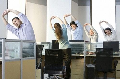 Thể dục giữa giờ có tác dụng giảm đau lưng và ngừa các bệnh về cột sống