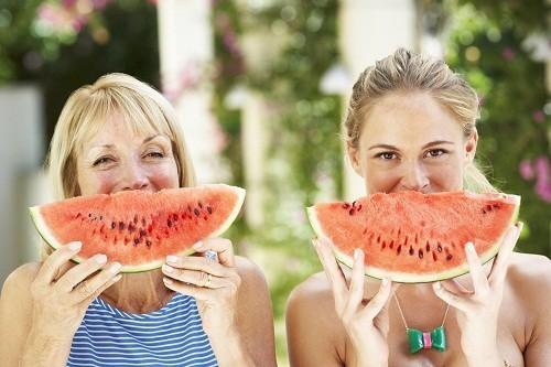 Một trong những điều bạn nên tuyệt đối tránh làm sau khi ăn là tráng miệng bằng hoa quả.