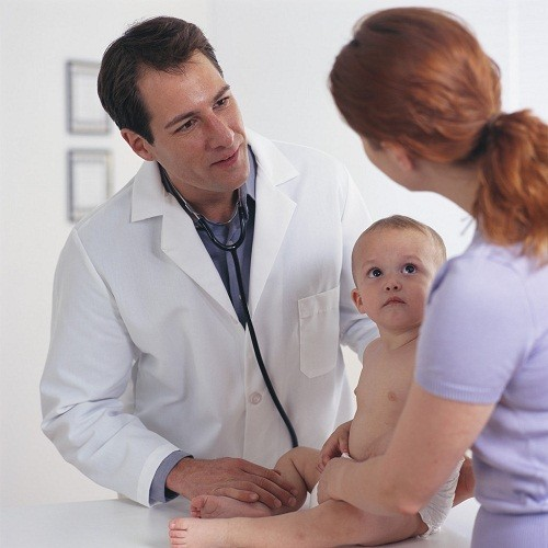 Bác sĩ sẽ kiểm tra da, da đầu, móng của trẻ và hỏi một số câu hỏi, chẳng hạn như trong gia đình trẻ có ai đã từng mắc bệnh vẩy nến hay chưa...