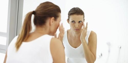 Một số loại đau mắt đỏ có thể gây ra tình trạng viêm giác mạc.