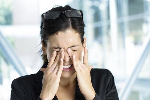 Một cách phòng lây đau mắt đỏ cho những người tiếp xúc với người bệnh là tránh chạm hoặc dụi mắt.