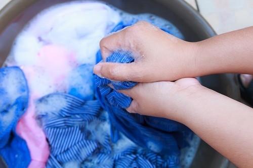 Vỏ gối, khăn trải giường, khăn lau mặt và khăn tắm của người bị đau mắt đỏ phải được giặt trong nước nóng và chất tẩy rửa.