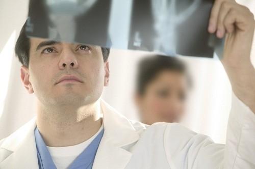 Chụp X - quang là một xét nghiệm chẩn đoán suy tim giúp kiểm tra kích thước trái tim  và xác định xem liệu đã có chất lỏng tích tụ ở tim và phổi hay chưa.