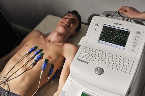 Xét nghiệm điện tâm đồ được dùng để ghi lại các xung điện đi qua tim.