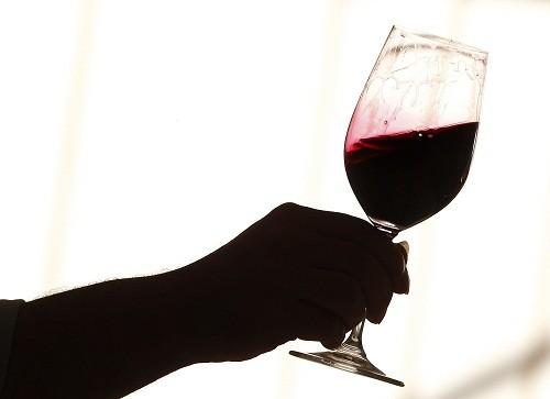 Uống rượu có thể gây ra đau đầu ở một số người.
