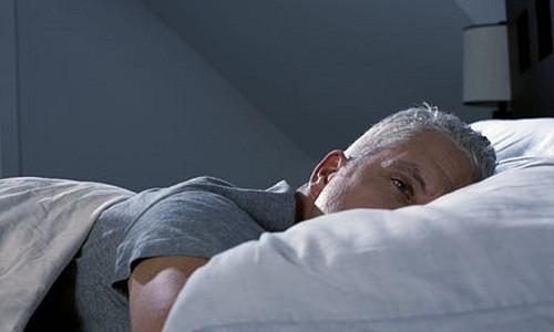 Nghỉ ngơi trong phòng tối có thể giúp làm giảm đau đầu.