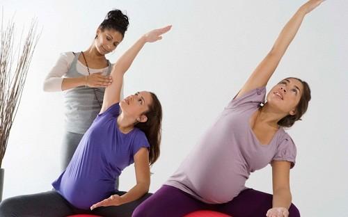 Phụ nữ mang thai nên vận động nhẹ nhàng, tránh ngồi lâu một chỗ vì sẽ càng khiến vùng chậu bị áp lực và khí hư càng tiết ra nhiều.