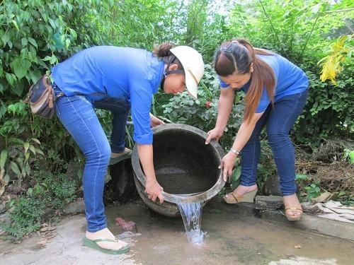 Thau rửa các dụng cụ chức nước vừa và nhỏ (lu, khạp…) hàng tuần để diệt muỗi, loăng quăng, bọ gậy.